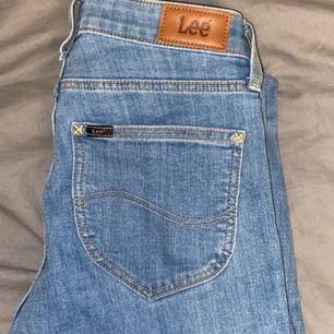 säljer ett par ljusblå & svarta Lee jeans i storlek w27, dom har dragkedja längst ner vid benet. 400kr styck eller båda för 700kr
