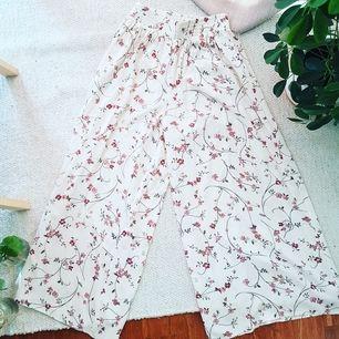 Härliga byxor i skönt material med fint, blommigt mönster. Aldrig använda. Frakt 30kr. 100kr eller högstbjudande. 🌸