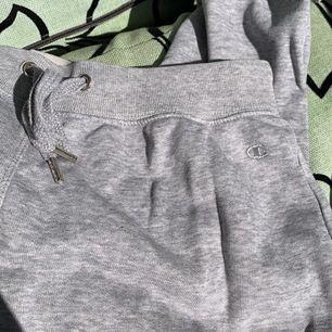 Säljer ett par tunna gråa lågmidjade mjukisbyxor från Champion i storleken S - 80kr + frakt 💕