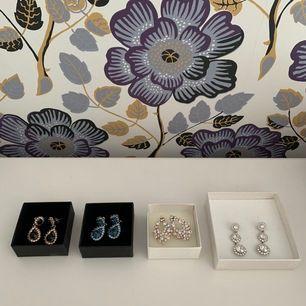 4 stycken örhängen från Lily And Rose säljes som paket. Alla örhängen är i utmärkt skick med samtliga stenar kvar. Boxar finns till alla par🥰