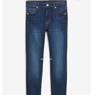 Säljer två par supersköna jeans ifrån monki. Ett par är highwaist och dem andra är midwaist. Fint skick. 100kr styck. Skickas mot frakt på 63kr💗