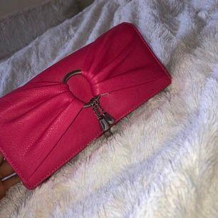 Oanvänd rosa mellanstor fake lv väska.