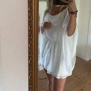 Jättevacker vit klänning, skön material!!!🌸🌸