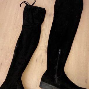 Svarta overknee skor , använts ett par gånger för något år sedan men endast vart i garderoben sen dess. Tror dom är köpta på nelly för 400kr. Små fläckar som ses på bilden men inget man tänker på.