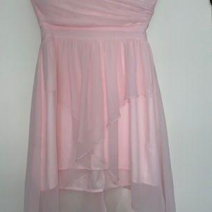 En rosa klänning utan axelband, från Nelly storlek 36.                     En rosa långklänning från Nelly, storlek 36.                                         En röd klänning från hm, storlek 36. Alla är oanvända med prislappen kvar, fint skick.