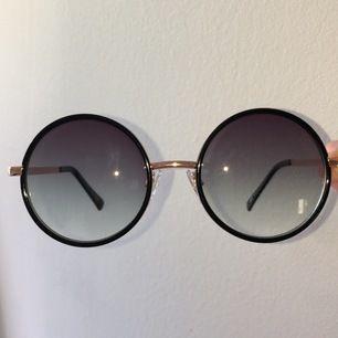 Guldiga runda solglasögon i nytt skick. Skriv vid intresse🥰