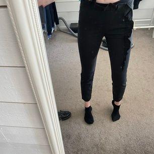 Kostymbyxor med volang från zara. Superfina men tyvärr för korta för mig som är 172cm. Köpta begagnat från tise, men oanvända av mig. Frakt 20kr