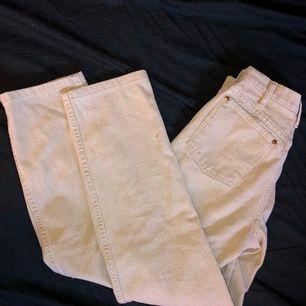 säljer mina wrangler jeans då dom inte passar mig längre tyvärr:( vet tyvärr ej storleken men skulle säga att de motsvarar S, passar mig längdmässigt perfekt, jag är 162cm lång. liten fläck på ena benet men går säkert bort i tvätten, tvättas såklart innan