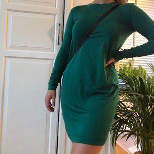 Långärmad grön klänning i superfin grön färg!! Najs material och skönt material och den syns inte igenom!! 🧚🏼🧚🏼 köparen står för frakt