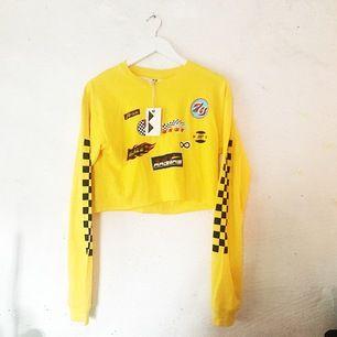 Gul croppad tröja med racertrack från Junkyard. Aldrig använd! 🌹 Frakt tillkommer!
