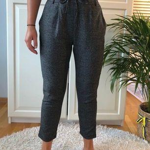 Supernajs byxor i fint rutigt grått mönster!! Får att knyta i midjan för att reglera storlek. Köparen står för frakt!