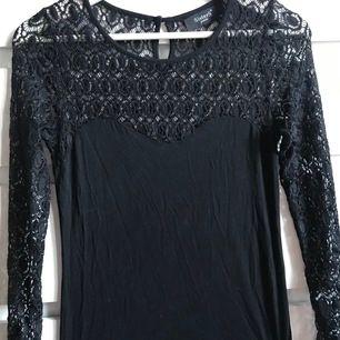Fin svart tröja med armar i spets, nät aktigt😊 använd ca 1-2 gånger och är i nyskick dock inte riktigt min stil så säljer den🥰