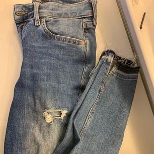 Ett par blåa jeans med hål i från river island,dem har även en slits lägst ner,sitter väldigt fint men tyvär har dem blivit för små,:)köparen står för frakten