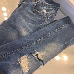 Blåa jeans med hål lite överallt från Gina tricote,använda så dreglar sänker jag priset,dragkedja längs ner på båda byxbenen:)köparen står för frakt