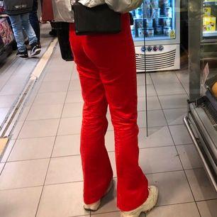 Ett par ass feta röda flare Manchester byxor i strl 28 från ASOS TAL, använda Max 5 gånger så otroligt fint skick. Jag är 180cm och bilden är på mig! Frakt betalar köparen annars möts jag upp i stan!
