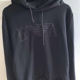 Äkta Armani hoodie storlek S köpt på NK för 2500kr säljes för 1200kr skicket på tröjan e bra pris kan diskuteras