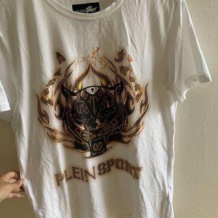 Plein sport T-shirt använd fåtal gånger köpt för ca 1500kr på zalando  säljes för 650 pris kan Diskuteras vid snabb affär storlek m