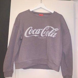 Säljer en coca-cola tröja som knappt är använd. Storleken är XS och jag säljer den för 80 kr.