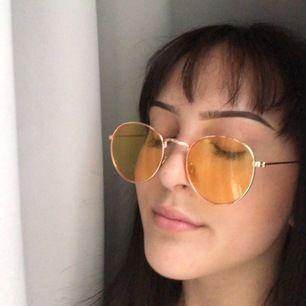 Gula guldiga solglasögon från h&m! köpte dessa utomlands tror inte de finns eller funnits i sverige. Frakt (spårbar) 72kr🥰