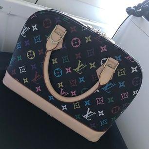 As cool louis Vuitton väska. Antagligen fejk (köpte den second hand). Men ändå as bra kvalite och knappt använd. Passar as bra tillsammans med en färgglad outfit! ✌🏼💕 högsta bud nu 200 plus frakt