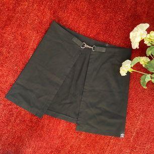 Unik svart osymmetrisk kjol från MISS SIXTY i storlek XS men passar likaväl S. Kan bäras med ett plagg under - jag rekommender ett par svarta hörmidjade shorts för en riktig edgy 'slits'-look! Nypris £55 (643SEK). Högmidjad. SLUTSÅLD! Frakt 44.