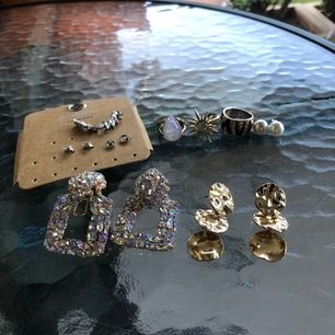 Örhängen och ringar! De små örhängena - 10kr/st. De stora örhängena och ringarna 20kr/st. Paketpris kan fixas och köparen står för frakt!