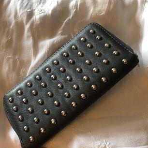 Snygg rymlig plånbok, har inte kommit till mycket användning och därav säljer jag nu denna. Fint skick och bra kvalitet!