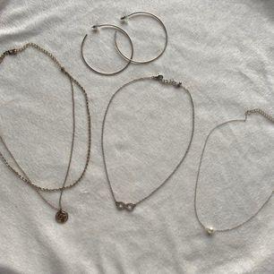 Halsband och örhänge i silver. Säljer pga att jag endast använder guld. Köparen står för frakten. 20kr st, alla = 80kr.
