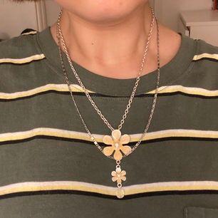 jättegulligt halsband med 2 gula/guldiga blommor och en liten kristall.