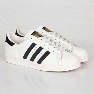 Adidas superstar i crémevit färg, använda en gång! Frakt: 95kr
