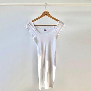 Tunn vit off-shoulderklänning från Nørgaard paa Strøget i storlek XS. Aldrig använd så i mycket fint skick. Ger väldigt smickrande figur eftersom den är stretchig. Väldigt somrig! Nypris ca 400 och slutsåld överallt. Frakt 44.