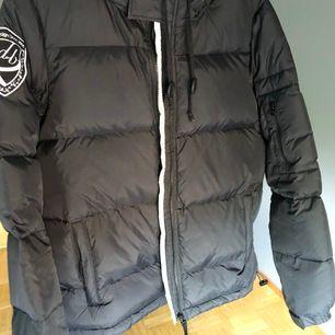 Helt ny d brand eskimå jacka som jag inte använt en endaste gång. Därav sitter prislappen fortfarande kvar. Nypris ligger på 1999kr och jag säljer denna för 600!💞