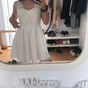 En super snygg klänning från Chiara Forthi Milano i strl 36, Sparsamt använd ca 3 gånger. Nypris: 499kr, säljer den nu för 125+frakt🤍