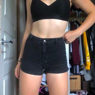 Enkla basic shorts från HM, använda några få gånger. Sitter skitsnyggt tho, och perfekta för att tex rita egna mönster osv på♥️ Kan mötas upp i Sthlm eller Vxo, annars tillkommer frakt!♥️