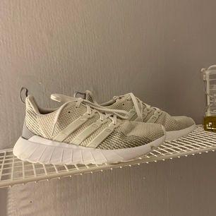 Vit/ gråa skor från adidas, superfina men är lite förstora 🦋 använda men i mycket fint skick🌸 frakt 66kr (pris går att diskuteras) unisex skor!