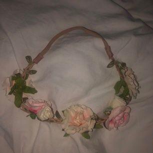 Rosenkrans att ha i håret med elastiskt band. Köp tillsammans med maskeradmasken för 30 kr (spara 10 kr).