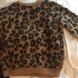 Mysig stickad leopardtröja. Den är från hm och är i stl 140 men är oversized så skulle nog passa på en xs också!!