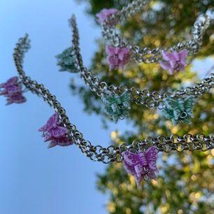 jättefina egentillverkade somriga silver armband med rosa, lila eller gröna fjärilar på! (går att få blandade färger oxå) då jag själv tillverkar dem finns det inget begränsat antal:) dem är justerbara! hör av er vid frågor eller liknande💖💖💖