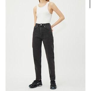 Säljer mina svarta/ mörkgråa mom jeans från weekday pga köpte fel storlek. Modellen är Lash Extra High Mom Jeans, använt de ett par gånger och är väldigt bekväma och i ett bra skick. Frakten betalar jag :) Orginalpris: 500kr