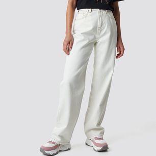 Säljer ett par jeans från Emilie Briting x NA-KD, pga att dom är för små för mig. Dom är inte genomskinliga och är använda 1 gång. Köptes för 600kr. Priset är Ink frakt.
