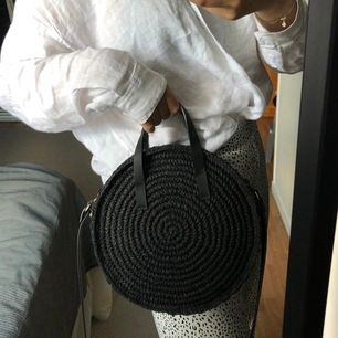 Cirkelformad flätad väska köpt på H&M i Paris. Väldigt fin och somrig väska, men har dessvärre aldrig använt den och just nu hänger den bara och dammar😣 Har guldiga detaljer och ett längre band. Köparen står för frakten.