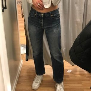 Kollar intresset på dessa levi's jeans modell 501. De är midwaist så går under naveln på mig. Ganska mörkblå-grå i tvätten. Jag är 172cm och w27 och de sitter bra på mig. Passar olika beroende på hur breda höfter man har.