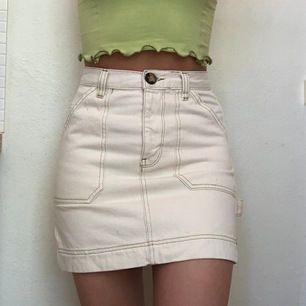 Jättefin, nästan oanvänd jeanskjol från Urban Outfitters! Vit med gröna detaljer💚💚 +frakt 50kr eller hämtas vid Fridhemsplan🥰