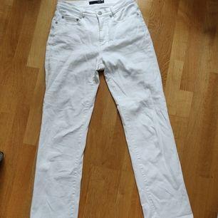 Vita jeans i rak modell från märket Prêt i storlek 36. Sitter snyggt och formar rumpan bra! Endast använda ett fåtal gånger. Har små fläckar på ena bakfickan, tror det går att få bort om man har tålamod men annars är det inget man märker av. 63 kr frakt!