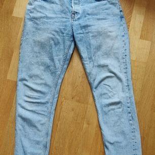Jeans från Karve! Medelhög midja, knappar istället för gylf. Storlek M, har ett fåtal små fläckar på benen som nog bara kräver en extra tvätt för att bli av med. För övrigt otroligt enkla och snygga till cirka allt! Dina nya favvojeans?? Frakt på 63 kr! 💙
