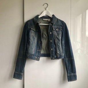 #Donna Karen jeansjacka. Knappt använt. Köparen betalar porto. Storlek S.