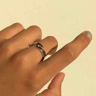 Jättefin ring med strasskristall i rostfrittstål ✨. Den färgar varken av sig eller rostar, vilket innebär att den håller sig fin extremt länge. Jättefin detalj till alla outfits! Köpare står för frakt 💖😇.