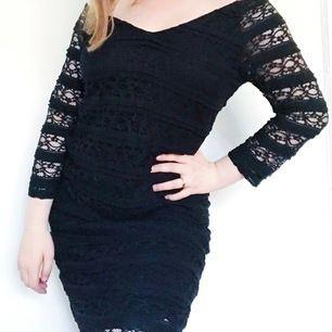Vintage inspirerad klänning från kappAhl med spets över hela klänningen och genomskinlig spets på ärmarna. Storlek M.