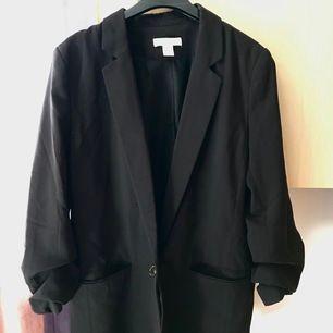 Märke: H&M Färg: svart Storlek: 40 Skick: mycket bra skick  Material: polyester