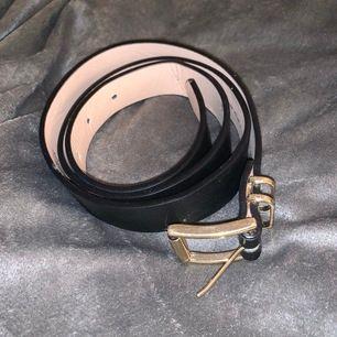 Bälte från h&m med guld detalj. Storlek S. Frakt 42kr. Betalas med swish och köparen står för frakten 🌟